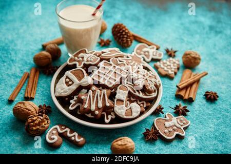 Navidad dulce composición. Surtido de galletas de jengibre en una placa