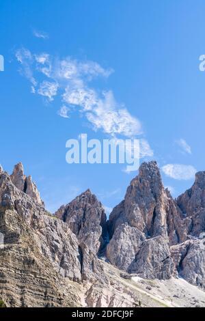 Cielo despejado sobre los picos rocosos del Grupo Odle, Val di Funes, Tirol del Sur, Dolomitas, Italia