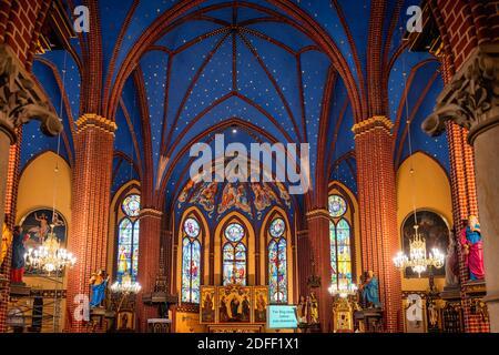 Szczecin, Polonia, junio de 2019 hermoso interior y altar en una basílica menor, la parroquia católica romana de San Juan Bautista, establecida en 1888