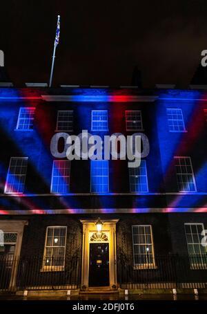 """Londres, Reino Unido. 31 de enero de 2020. Foto tomada el 31 de enero de 2020 muestra un reloj de cuenta atrás proyectado sobre la pared de 10 Downing Street en Londres, Gran Bretaña. Después de una semana de intensas negociaciones comerciales en Londres, los principales negociadores de Gran Bretaña y la Unión Europea (UE) acordaron el viernes """"detener las conversaciones"""" debido a """"divergencias importantes"""". Crédito: Han Yan/Xinhua/Alamy Live News"""