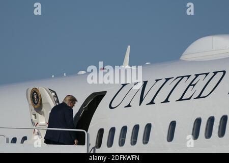 El presidente estadounidense Donald Trump enjunta la Fuerza Aérea uno en la base conjunta Andrews en Maryland, EE.UU., el sábado, 17 de octubre de 2020. Se espera que Trump haga múltiples paradas de campaña en la costa oeste durante los próximos días, descansando durante la noche en las Vegas, Nevada. Foto de Alex Edelman/Pool/ABACAPRESS.COM