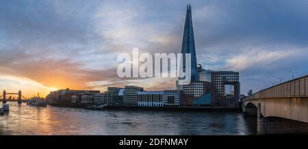 Una vista panorámica del amanecer desde el Puente de Londres hasta el Puente de la Torre en Londres.