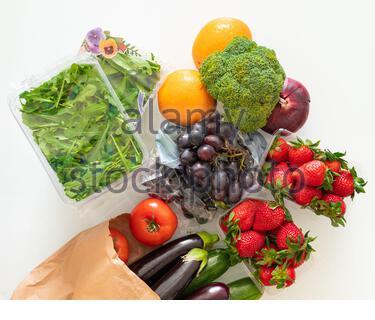 Frutas y verduras de color arco iris en una mesa ligera. Ingredientes para zumos y batidos. Alimentación saludable. Concepto de dieta Foto de stock