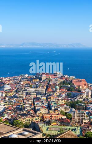 Ciudad de Nápoles en Italia, vista aérea paisaje urbano de Nápoles con bahía de mar.