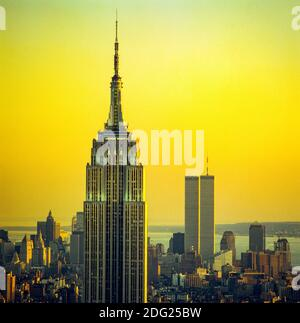 Nueva York 1985, Empire State building, WTC World Trade Center torres gemelas en la distancia, puesta de sol, horizonte de Manhattan, Nueva York, NY, NYC, EE.UU.,