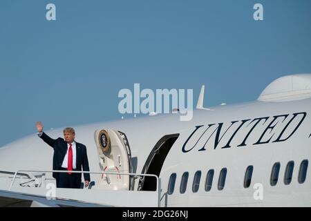 Washington, Distrito de Columbia, Estados Unidos. 17 de octubre de 2020. El presidente estadounidense Donald Trump enjunta la Fuerza Aérea uno en la base conjunta Andrews en Maryland, EE.UU., el sábado, 17 de octubre de 2020. Se espera que Trump haga múltiples paradas de campaña en la costa oeste durante los próximos días, descansando durante la noche en las Vegas, Nevada. Crédito: Alex Edelman/ZUMA Wire/Alamy Live News
