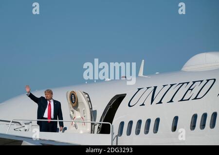 El presidente estadounidense Donald Trump enjunta la Fuerza Aérea uno en la base conjunta Andrews en Maryland, EE.UU., el sábado, 17 de octubre de 2020. Se espera que Trump haga múltiples paradas de campaña en la costa oeste durante los próximos días, descansando durante la noche en las Vegas, Nevada. Crédito: Alex Edelman/The Photo Access