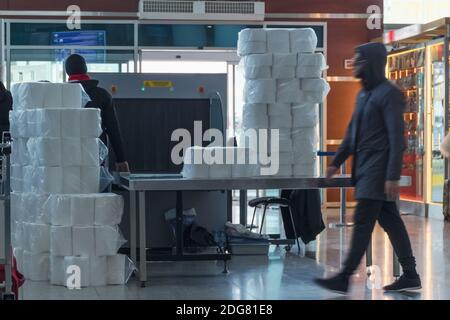 Sistema de rayos X de escáner de seguridad del aeropuerto. Máquina de exploración de punto de control para equipaje y carga. Tbilisi, Georgia