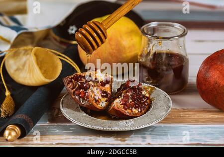 Manzana, Granada y miel de año Nuevo judío Rosh Hashana torá libro, kippah yamolka talit