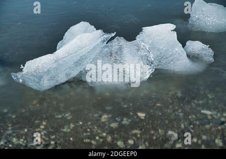 Vista borrosa de exposición prolongada de Icebergs en la laguna Jokulsarlon, Islandia Foto de stock