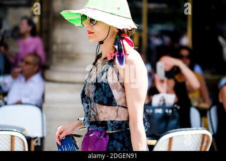 Estilo urbano, Catherine Baba llegando a Louis Vuitton Primavera-Verano 2018 Menswear show celebrado en el Palacio Real, en París, Francia, el 22 de junio de 2017. Foto de Marie-Paola Bertrand-Hillion/ABACAPRESS.COM Foto de stock