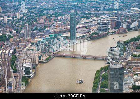 Vista aérea de la línea de esquí de Londres y el río Támesis como se ve desde el helicóptero