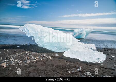 Vista de exposición prolongada borrosa de Icebergs moviéndose en la laguna Jokulsarlon, Islandia Foto de stock