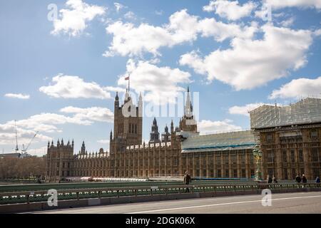 LONDRES, Reino Unido - 25 de marzo de 2019: Construcción de andamios de renovación con la casa del parlamento a la vista desde el puente de Westminster