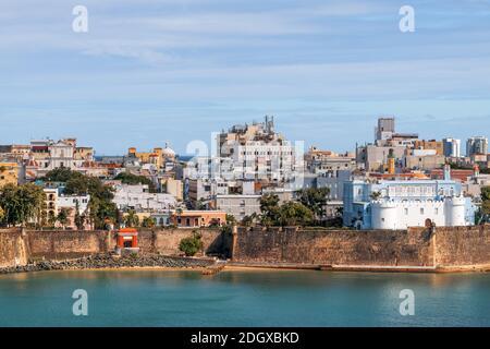 Viejo San Juan, Puerto Rico paisaje urbano sobre el agua en el Caribe.