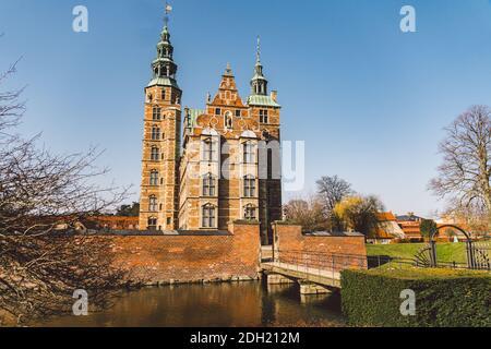 El Castillo de Rosenborg en Copenhague, Dinamarca en el día soleado de invierno. Estilo renacentista holandés. Rosenborg es la antigua residencia de D.