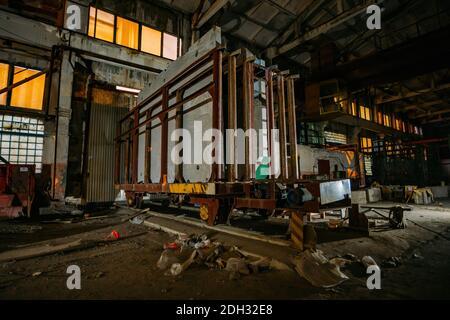 Fábrica de cemento abandonada en la noche. Antigua maquinaria oxidada.