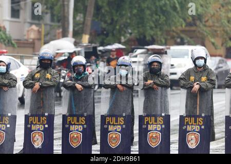 Manila, Filipinas. 10 de diciembre de 2020. Los agentes de policía mantienen sus escudos y palos mientras forman una línea para impedir que los manifestantes entren en los locales cercanos a la oficina del presidente en Mendiola. Crédito: Mayoría Mundial CIC/Alamy Live News