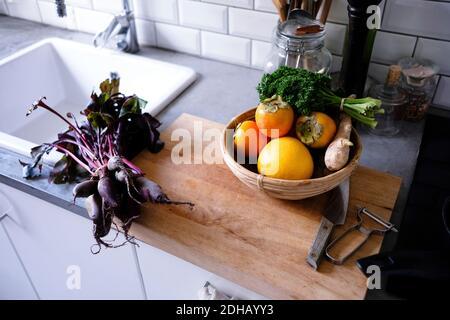 Vista angular de frutas y verduras en el mostrador de la cocina