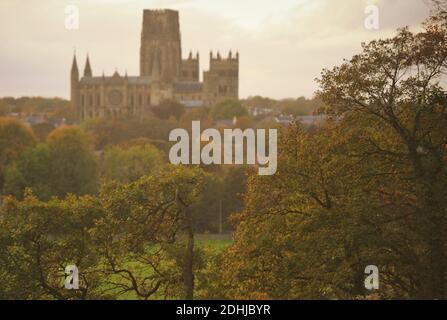 Color otoñal en el bosque de Pelaw a orillas del río Wear en la ciudad de Durham. Fotos muestra la Catedral de Durham Foto tomada el 16 de octubre de 2020