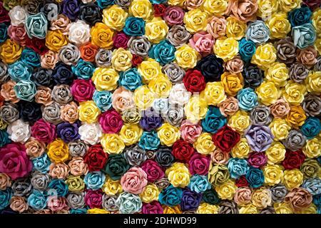 Diseño de cubierta de pared con rosas origami de papel multicolor.