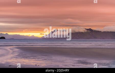 Puesta de sol en Noruega. Vista de la puesta de sol desde las Islas Lofoten - Noruega