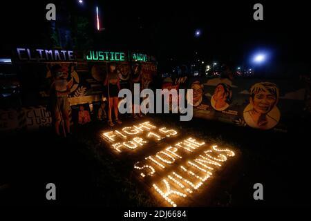 Activistas del clima encendieron velas y llevaron a cabo banderas de iluminación LED el 11 de diciembre de 2020. Esta actividad conmemora el quinto aniversario del Acuerdo de París con un llamado a luchar para 1.5 y a poner fin a la matanza de defensores del medio ambiente. Ciudad de Quezon, Filipinas.