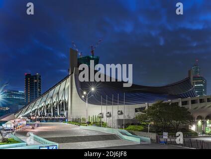 tokio, japón - noviembre de 02 2019: Vista nocturna del gimnasio nacional Yoyogi diseñado por Kenzo Tange en el parque Yoyogi donde se celebraron los Juegos Olímpicos de 1964