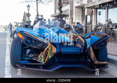 Alexandria, va, EE.UU. 11-28-2020: Un atractivo moderno y elegante Polaris Slingshot motocicleta de tres ruedas. Este vehículo de lujo de alto rendimiento es una h