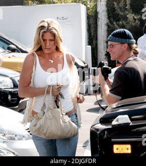 ¡Rachael Hunter dirige el guante del fotógrafo! Hunter se esprintó de sus compras en Fred Segal en un intento de escapar siendo fotografiado. Citando sin gafas de sol ni alergias, la estrella del nuevo reality show 'Style Me' corrió a su coche. Los Angeles, CA. 02/10/06