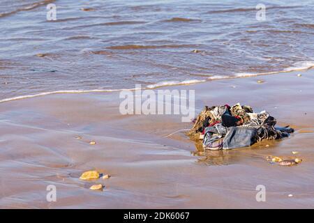 Ropa, Plástico y Desperdicios Domésticos Rubbish Lavado desde el Océano Atlántico en Sand Beach