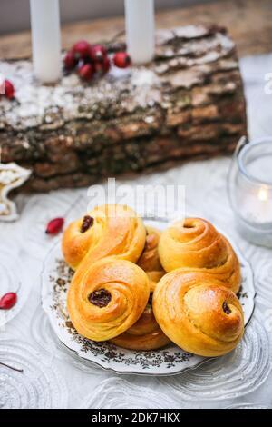 Lussekater, tradicionales bollos dulces de azafrones suecos.