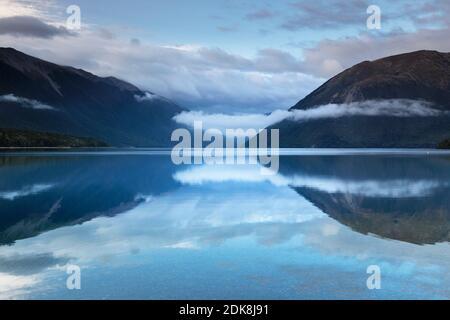 Niebla matutina sobre el Lago Rotoiti, Parque Nacional de los Lagos Nelson, Tasman, Isla del Sur, Nueva Zelanda, Oceanía