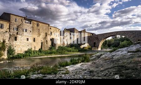 El Pont de l'Abbaye, monumento cultural francés, fue construido en el siglo XII y cruza el río l'Orbieu en Lagrasse. El pueblo es uno de los más beaux pueblos de Francia.