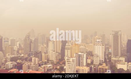 Paisaje urbano de edificios de gran altura en la mañana de mal tiempo, la neblina de la contaminación cubre la ciudad