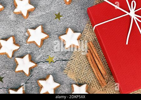 Galletas de Navidad esmaltadas en forma de estrella alemana llamadas 'Zimtsterne' hechas con amondes, claras de huevo, azúcar, canela y harina