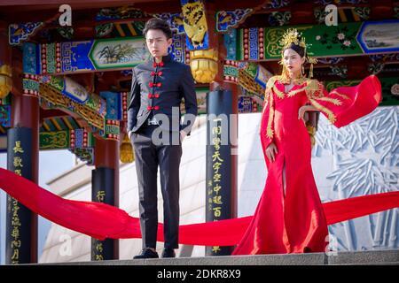 Pareja china delante del pabellón, el Xinglin Xiamen International Garden & Flower Expo Park, Distrito Jimei, Xiamen, Fujian, China