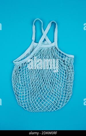 Primer plano de la cesta de mimbre contra fondo azul