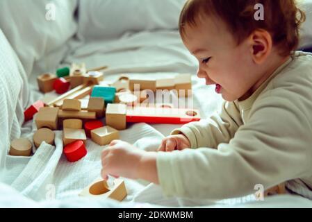Primer plano de Baby Girl jugando con Toy at Home
