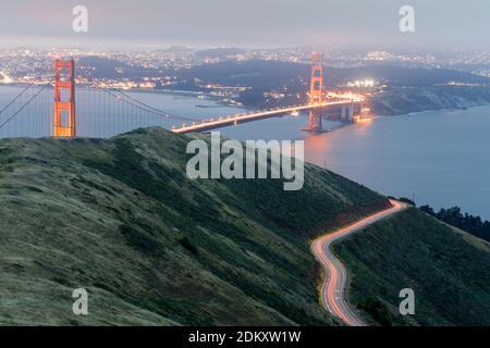 Senderos de luz para coches y el puente Golden Gate Glowing por la noche