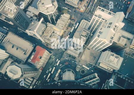 Un alto ángulo de visualización de la calle en medio de los edificios en la ciudad