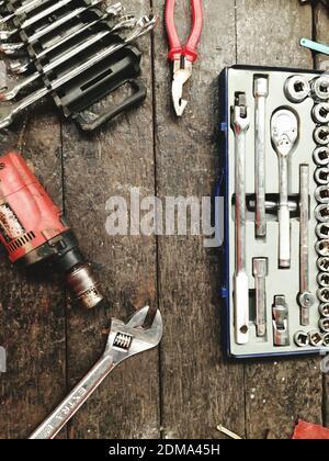 Vista en ángulo alto de herramientas colgadas sobre metal