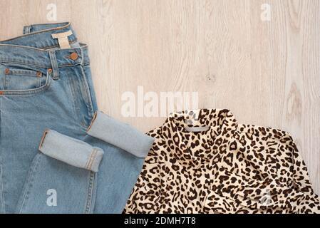 La Mujer Ropa De Moda Sobre Fondo De Madera Mujer Laica Plana Mirar Con Estilo Camisa Y Pantalones Vaqueros Vista Desde Arriba Concepto De Compras Juego De Moda Outfits Fotografia De Stock