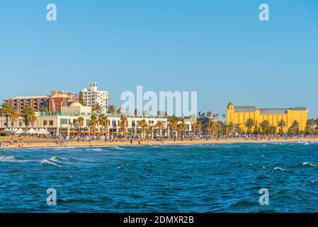 MELBOURNE, AUSTRALIA, 1 DE ENERO de 2020: La gente está disfrutando de un día soleado en una playa en St. Kilda, Australia