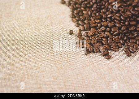 Vista en ángulo alto de una pila de granos de café estucados frescos en una cabaña de Burlap. Concepto de bebida favorita