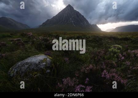 Valle de Glencoe durante una gran tormenta, con vientos corriendo a 50kmh Foto de stock