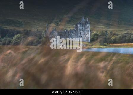 El famoso castillo de Kilchurn durante una ventana soleada Foto de stock