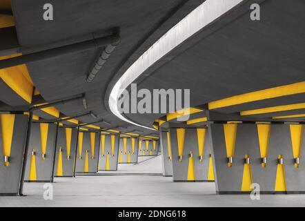 Característica arquitectónica con debajo del puente de la autopista moderna