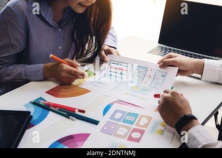 Programador ingenieros debate y dibujo sitio web ux aplicación para iniciar nuevo proyecto de diseño web en la oficina de la empresa. Desarrollo del concepto de tecnologías de programación y codificación.