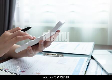 Vista de cerca del contable o del inspector financiero que realiza el informe, el cálculo o el control del saldo. Finanzas domésticas, inversión, economía, ahorro de dinero o concepto de seguro Foto de stock